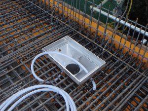 橋梁用排水桝で水抜き孔をロート部へ設置時写真