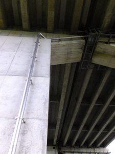 経年写真 橋梁用排水管を桁下から橋脚へ