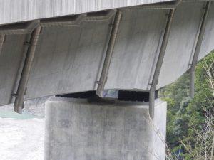 経年写真 橋梁用排水管の垂れ流し