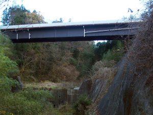 橋梁用排水管でφ200を河川上流で垂れ流し