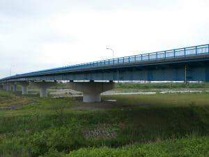 橋梁用排水管で河川上へ垂れ流し管
