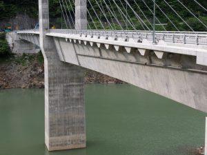 ダム湖の橋梁へ排水管設置例