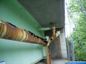 橋梁排水管で鋼管の腐食した例(横引き)