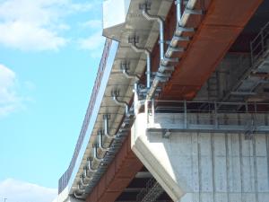 最大φ300の橋梁用排水管を設置した例
