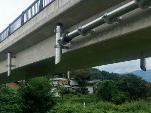 橋梁用排水管を横引きより垂れ流し