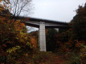 橋梁排水管で横引きから橋脚へ沿い鉛直に排水