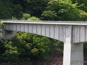 橋梁排水管φ200にて垂れ流し管