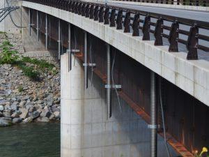 橋梁排水管のφ200で新設橋へ垂れ流し管
